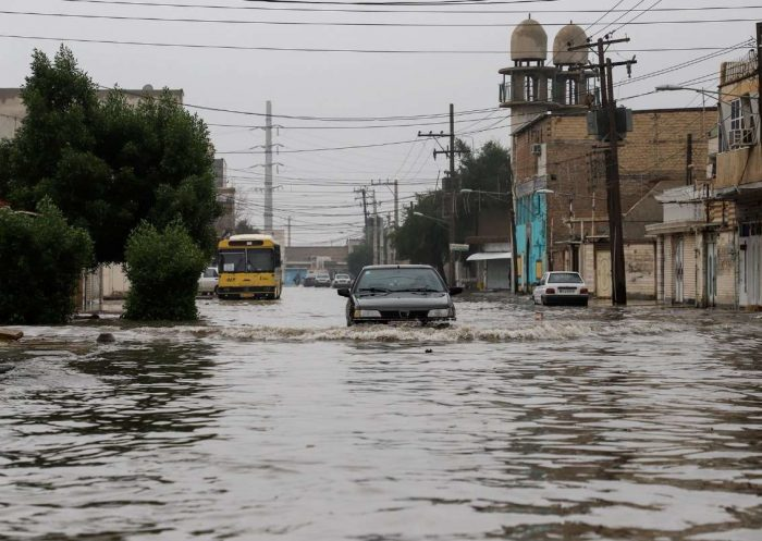 باران شدید خوزستان را قفل کرد / نفوذ آب به منازل مردم / تردد در برخی خیابانهای اهواز سخت است / بندر ماهشهر با ۱۰۷ میلیمتر، رکورددار میزان بارندگی / آبادان با ۴۲ میلیمتر بارندگی به زیر آب رفت
