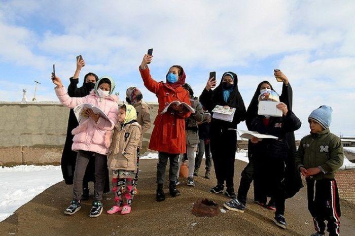 دانشآموزان به دنبال آنتن در سرما + تصاویر