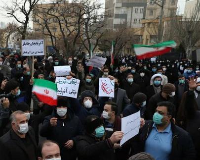 تجمع مردم تبریز در مقابل کنسولگری ترکیه / دستگاه دیپلماسی کشور در مساله ارتباط با کشورهای منطقه دچار انفعال و خواب زدگی است