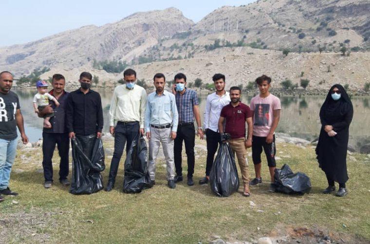 پاکسازی حاشیه دریاچه سد شهید عباسپور در اندیکا +تصاویر